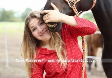 Pferdeliebhaberin Svea mit ihrem Dressurpferd Diamond.